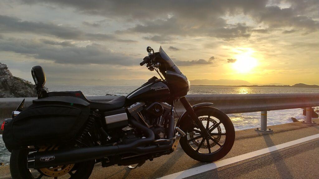 日の出とバイク